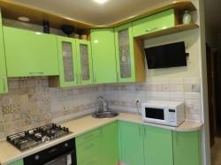 Зеленая глянцевая кухня